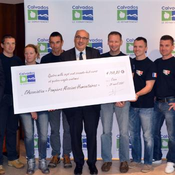 remise-cheque-pompiers-missions-humanitaires-555.jpg
